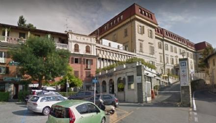 """A Moncalieri si sfoglia il """"libro sospeso"""" per i piccoli pazienti del Santa Croce"""